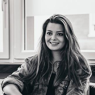 Carla hat Ihre Ausbildung in unserer Agentur mit Bravour bestanden und wird zukünftig im Bereich der Werbefotografie für unsere Kunden unterwegs sein.